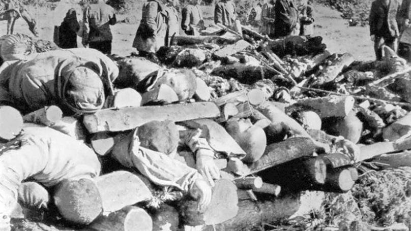 Corps de prisonniers juifs du camp de concentration de Klooga. Des cadavres ont été entassés en pyramides spéciales avant d'être brûlés par les gardes du camp // GARF, f. P-7021. Op. 128. D. 224. L. 53.