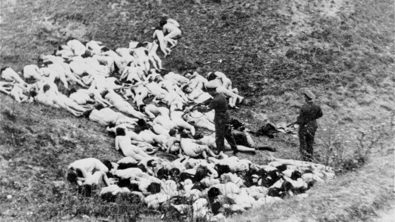 Des soldats allemands massacrent des femmes après une exécution de masse, 1942 // Gustav Hille